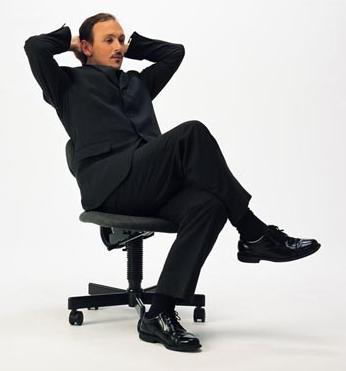 椅子に座る