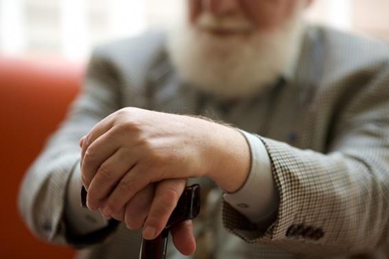 足腰の弱ったお金持ちの老人1